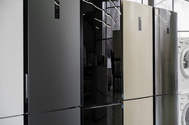 Reihe von kühlschränken im haushaltsgeräteladen