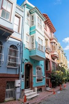 Reihe von mehrfarbigen wohngebäuden mit balkonen und grün in istanbul, türkei