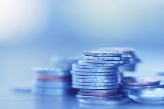 Reihe von münzen auf hölzernem hintergrund für finanz- und einsparungskonzept