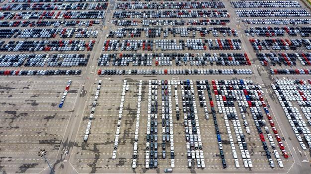 Reihe von neuwagen zum verkauf im hafen am autoexportterminal.