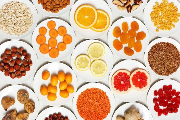 Reihe von orangefarbenen produkten auf holztisch, nahaufnahme