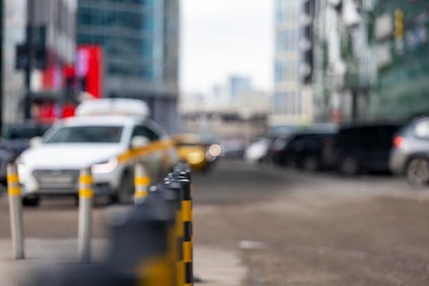 Reihe von parkpollern auf der straße der metropole. schwarze und gelbe autoschranken