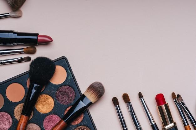 Reihe von professionellen kosmetik für make-up und hautpflege und weibliche schönheit