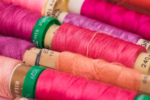 Reihe von rollen von warmen farben garn