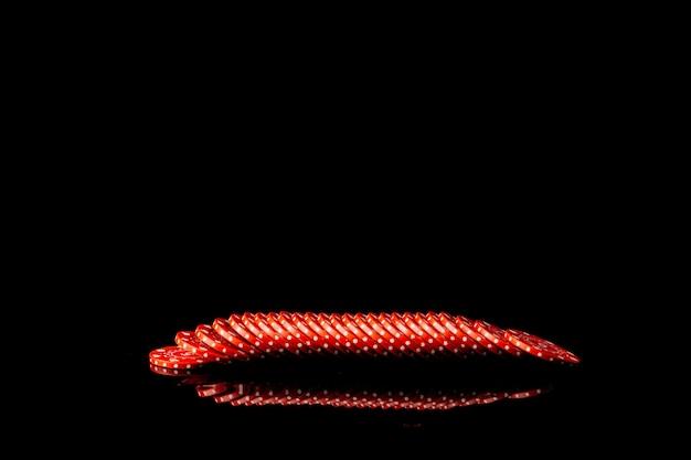 Reihe von roten pokerchips auf schwarzem hintergrund