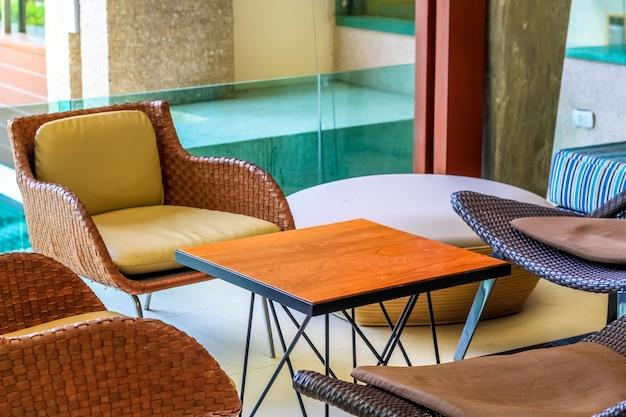 Reihe von schönen stühlen mit couchtisch unter warmem licht