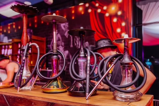 Reihe von shisha-geräten, die im nachtdiscoclub stehen partyfeier im nachtclub