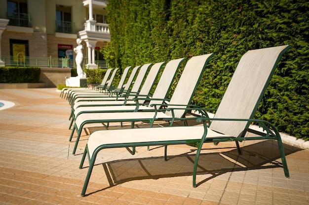Reihe von sonnenliegen am pool im luxuriösen hotelresort?