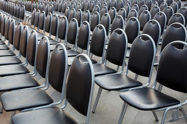 Reihe von stühlen im freien.