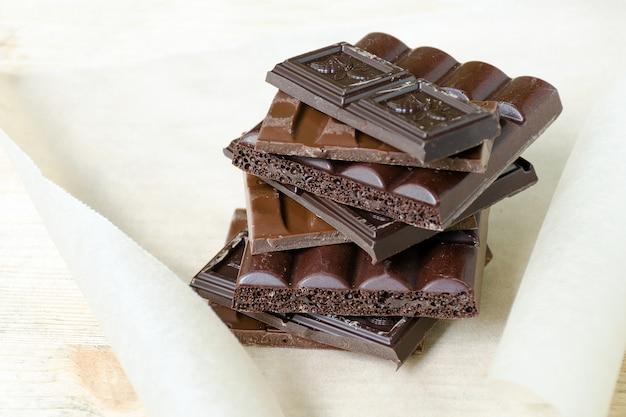 Reihe von verschiedenen sorten von schokolade gestapelt haufen