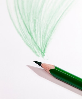 Reihen mit grünem bleistift auf normalem papier von schlechter qualität gezeichnet, nahaufnahme von hausgemachter amateurzeichnung