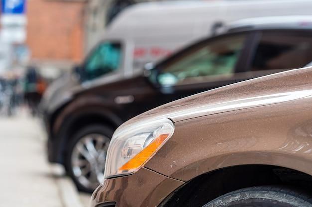 Reihen verschiedener autos parkten am straßenrand in einer überfüllten stadt