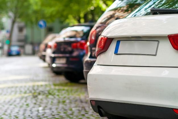 Reihen von autos am straßenrand im wohnviertel geparkt