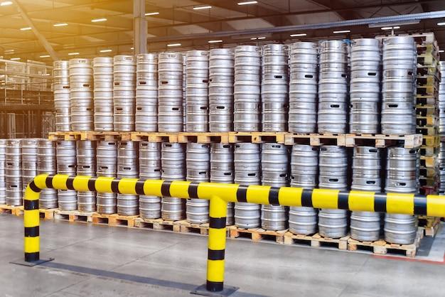 Reihen von bierfässern. großes lagerhaus mit bierfässern