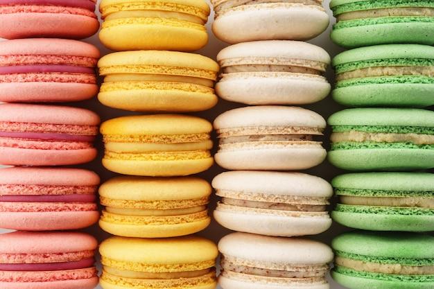 Reihen von bunten französischen macarons. kreativer hintergrund.