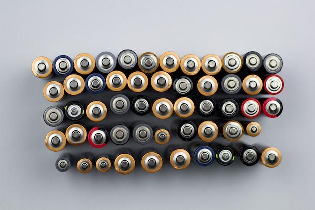 Reihen von gebrauchten batterien in der draufsicht