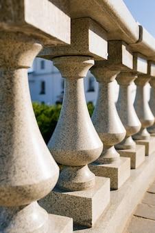 Reihen von granitballustern. das gebäude ist im klassischen stil eingerichtet.