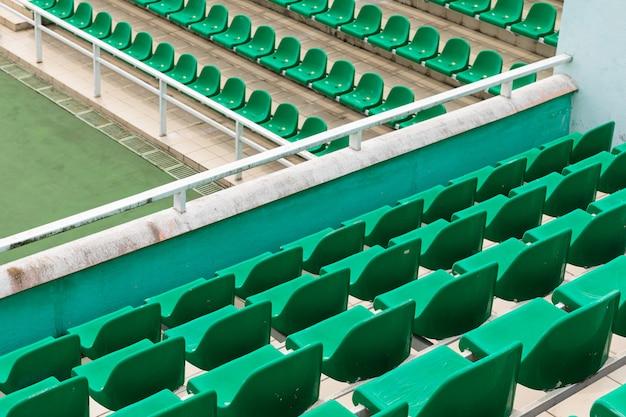 Reihen von grünen diagonalen leeren zuschauersitzen