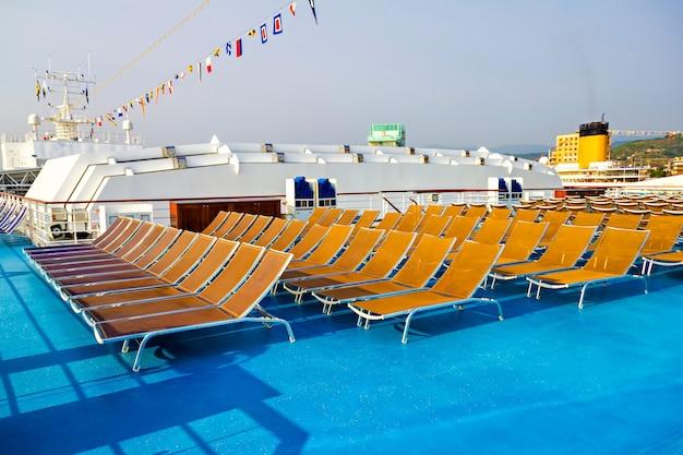 Reihen von liegestühlen auf kreuzfahrtschiffen