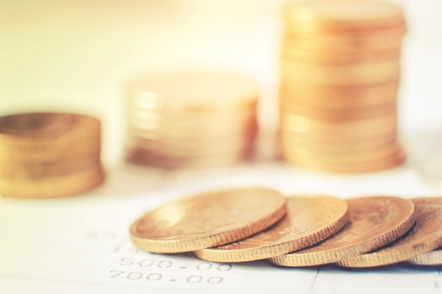 Reihen von münzen für die finanzierung und bankwesen auf finanzkonzept der digitalen börse