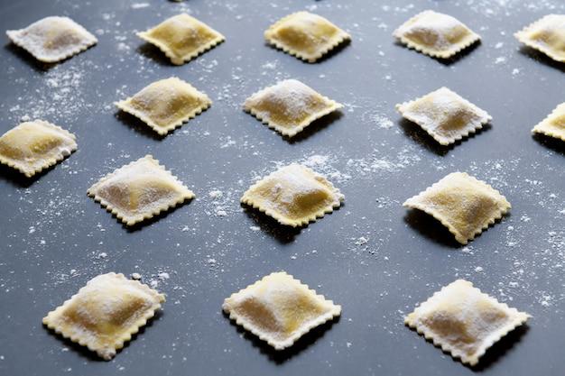 Reihen von rohen hausgemachten ravioli