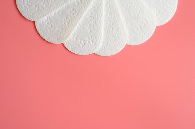 Reine leere einweg-damenbinden oder servietten für die tägliche menstruation auf rosa