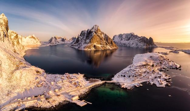 Reinebringen mit skandinavischem rorbour an der arktischen küste am morgen