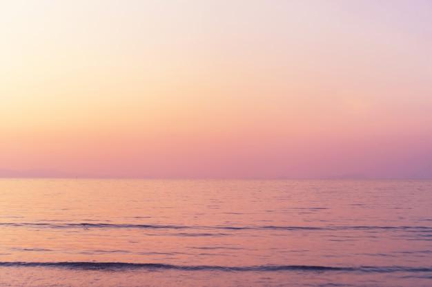 Reiner strand der tropischen natur und weißer sand im sommer mit hellblauem himmel der sonne und bokehhintergrund.