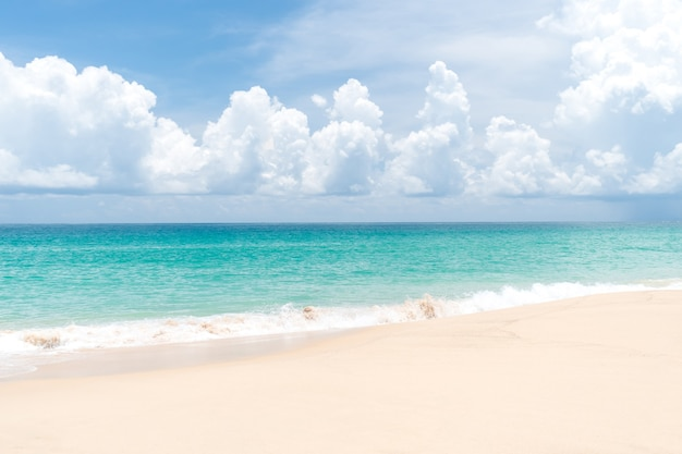 Reiner strand der tropischen natur und weißer sand in der sommersaison mit hellblauem sonnenhimmel.