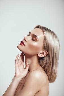 Reines schönheitsprofilporträt einer wunderschönen jungen frau mit blonden haaren und perfekter glänzender haut