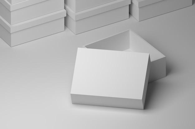 Reines weiß öffnete den verpackungskasten, der auf dem tisch mit staplungskästen auf dem hintergrund steht.