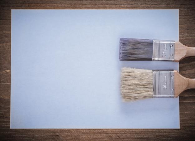 Reinigen sie das bild von papier und pinseln von oben.