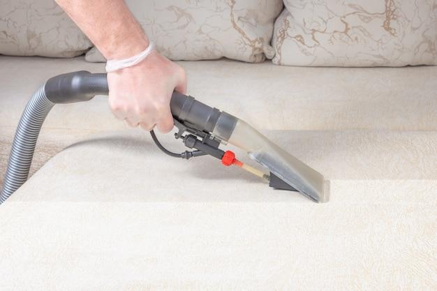 Reinigen sie das sofa mit einem staubsauger