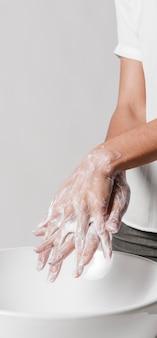 Reinigen sie die hände gründlich mit wasser und seife