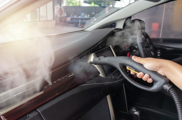Reinigen sie die luft des autos. dampfhitzesterilisation bei der luftkanalreinigung, desinfektion von fahrzeugen. keime, viren und bakterien mit hoher hitze abtöten.