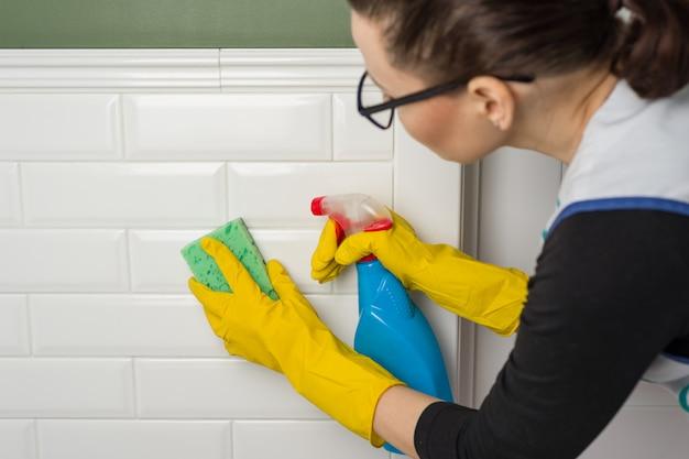 Reinigen sie die wände in der toilette