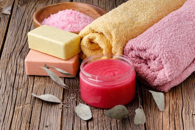 Reinigen sie gefaltete handtücher für spa