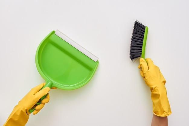 Reinigen sie ihre hausbürste und schöpfen sie isoliert