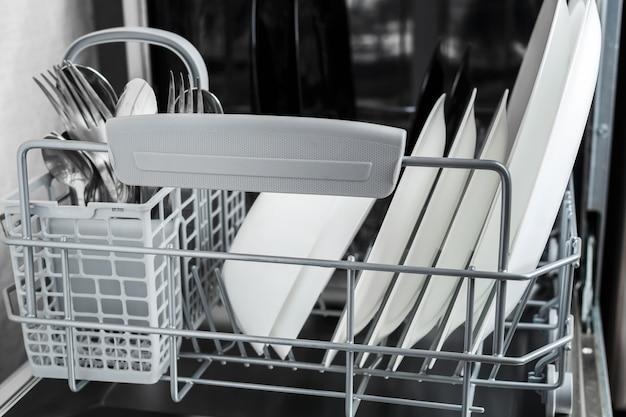 Reinigen sie teller und anderes geschirr nach dem spülen in der spülmaschine