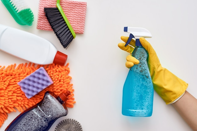Reinigen sie weiter. sprühflasche in menschlichen händen griff andere gegenstände an, die unten im bild isoliert sind