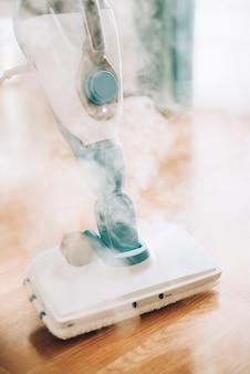 Reinigender boden des dampfreinigers. reinigungsservice-konzept