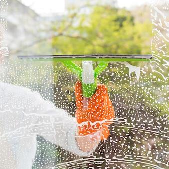 Reiniger beim waschen des fensters
