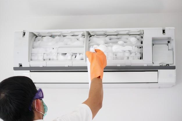 Reinigung der klimaanlage mit sprühschaumreiniger
