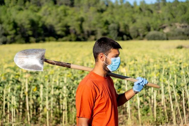 Reinigung der mitarbeiter mit masken posieren
