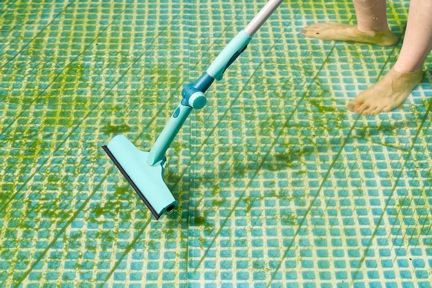 Reinigung des aufblasbaren pvc-pools, reinigung des schmutzigen, leeren algenpools