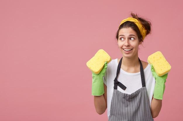 Reinigung, reinigung, hygiene, reinigung und menschen. glückliches aufgeregtes mädchen, das aufräumt und isoliert steht