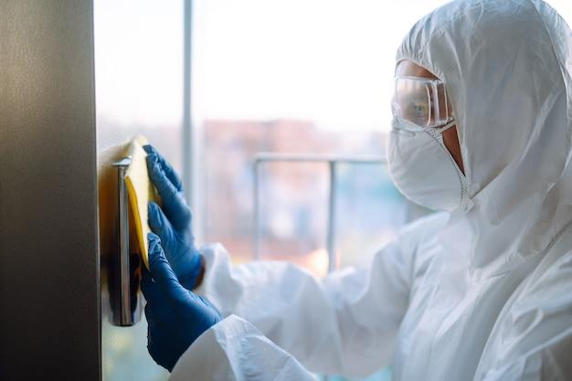 Reinigung und desinfektion des aufzugs zur vorbeugung von covid-19.