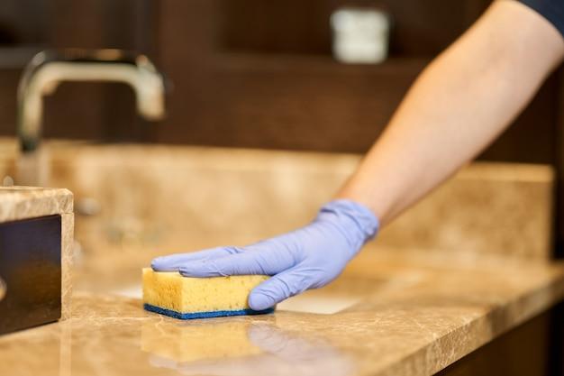 Reinigung und desinfektion des badezimmers vor ankunft der gäste