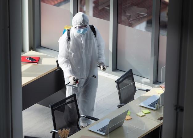 Reinigung und desinfektion im büro inmitten der coronavirus-epidemie