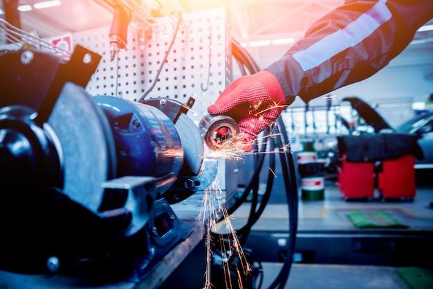 Reinigung von autoteilen am wendekreis mit lichteffekt.